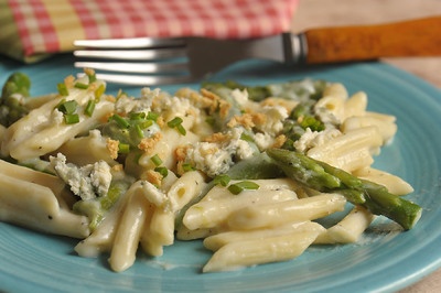 This Asparagus with creamy Gorgonzola Sauce bursts in your mouth. When ...